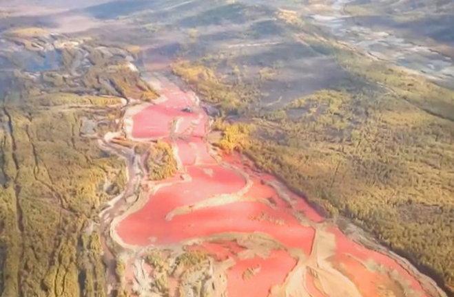 Эксперты: река Итака покраснела из-за обычного природного минерала