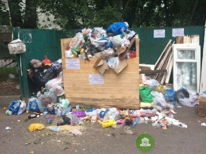 У жильцов дома на ул. Ленинградской деревянный ящик вместо мусорного контейнера