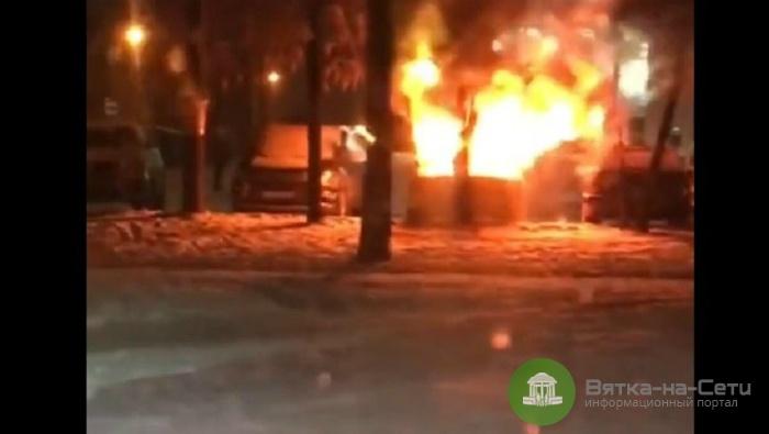 В Кирове вспыхнуло припаркованное на улице Московской авто (видео)