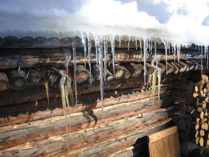 Житель Нововятска пострадал от схода снега с крыши своего дома
