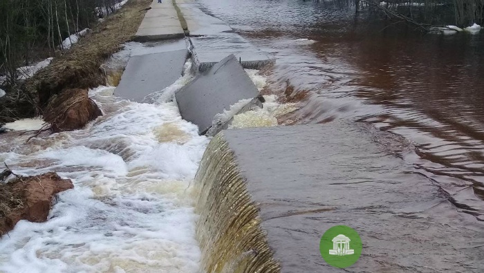 В Опаринском районе вода смыла часть дороги (видео)