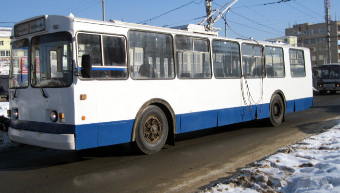 В Кирове пассажиры толкали сломанный троллейбус