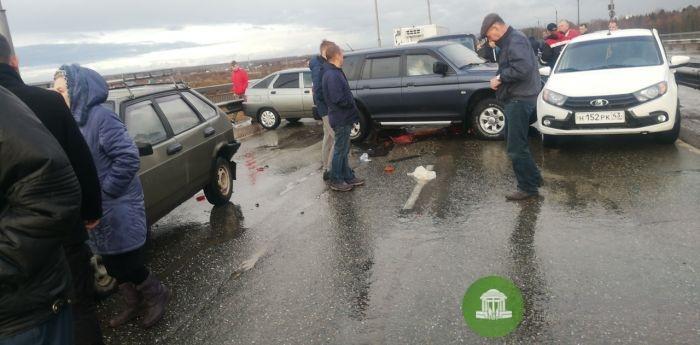 В Кирове на новом мосту произошло массовое ДТП (Видео)
