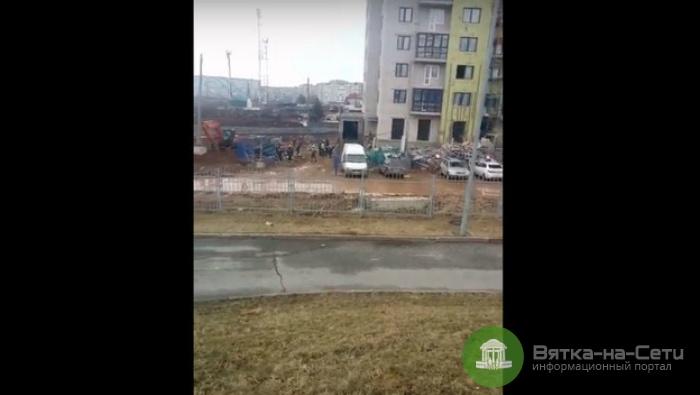 На стройплощадке в районе ТЦ «Метро» рухнули леса с рабочими (видео)