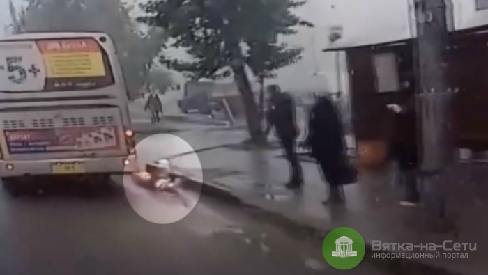 Появилось видео падения ребенка из салона автобуса в Кирове (видео)