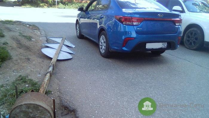 В Кирове на автомобиль упал дорожный знак