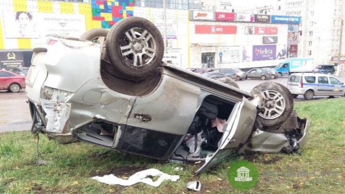 В Кирове внедорожник уронил столб на «легковушку» и перевернулся