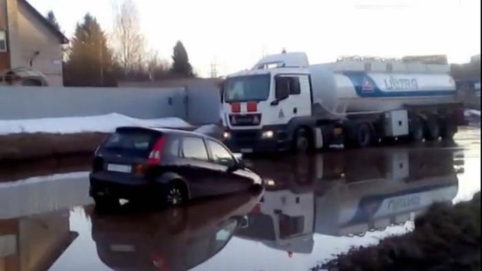 В Кирово-Чепецке машина утонула в луже