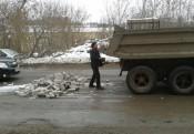На выезде из Кирова образовалась пробка из-за выпавших из грузовика кирпичей