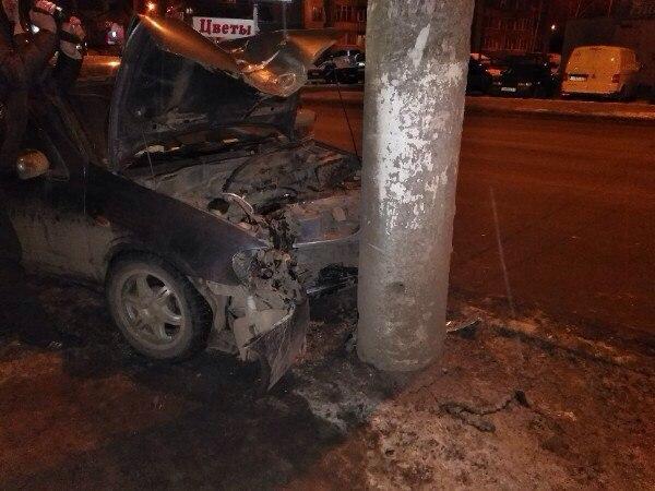 Пьяный кировский полицейский врезался в столб