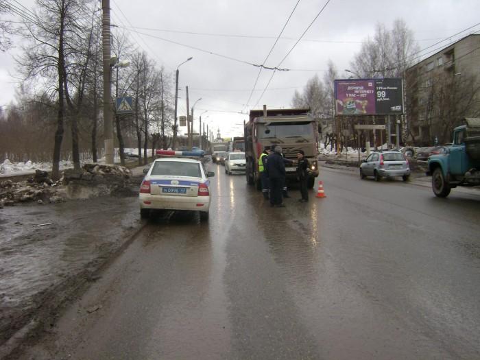 На ул. Ломоносова КАМАЗ сбил пешехода