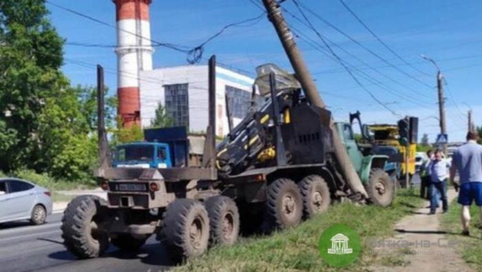 На улице Луганской в Кирове грузовик врезался в столб