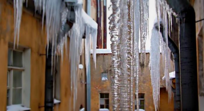Администрация просит кировчан очистить свои балконы от снега и сосулек