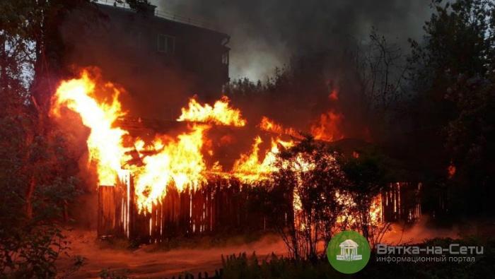 Ночью в Кирове сгорели хозпостройки (видео)