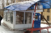 В Кирове снежная глыба разрушила остановку