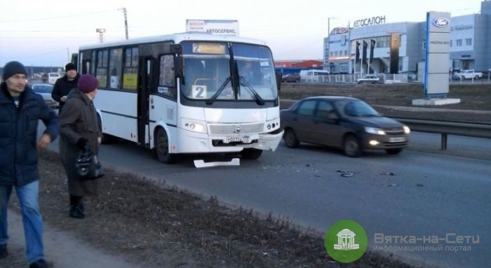 В Кирове пассажирский автобус столкнулся с иномаркой