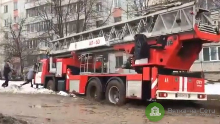 В Кирове пожарная машина, ехавшая на вызов, застряла в грязи (видео)
