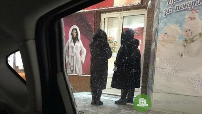 В Кирове продавцы вышли покурить в шубах на продажу