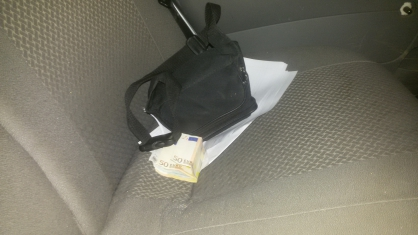 Нарушительница ПДД пыталась подкупить полицейских и евро, и рублями
