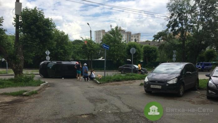 В Кирове столкнулись две иномарки, одно из авто перевернулось