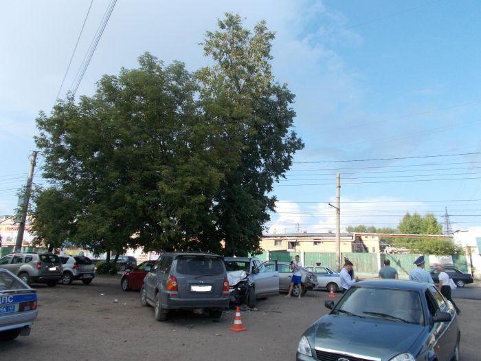 В Кирове пьяный водитель кроссовера протаранил три авто