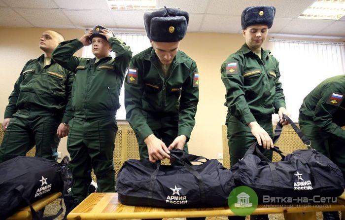 В России только 48% сотрудников умственного труда служили в армии