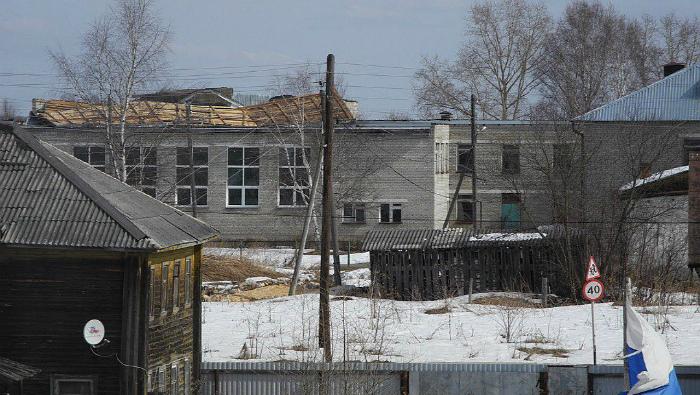 Со школы в Лальске ветер сорвал крышу