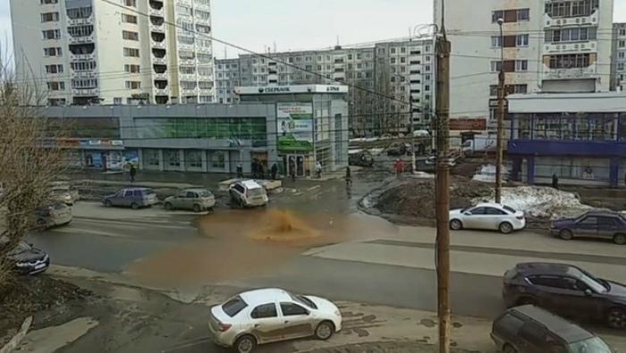 На улице Воровского из земли бьет коричневый фонтан