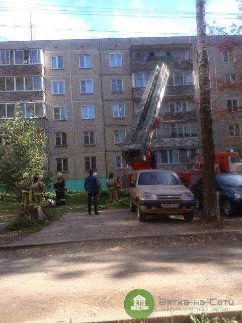В Кирове спасатели сняли с козырька пятиэтажки ребенка (Видео)