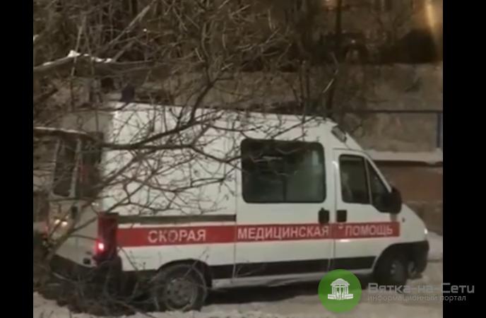 В Кирове скорая с пациентом не могла уехать из-за не расчищенной дороги