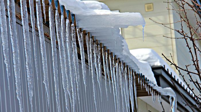 Отголоски зимних трагедий: в Кирове проверяют крыши на наличие снегозадержателей