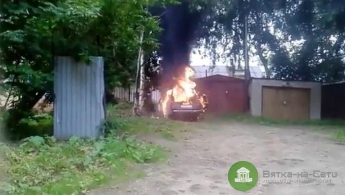 Рядом с детским космическим центром в Кирове взорвалась машина (видео)