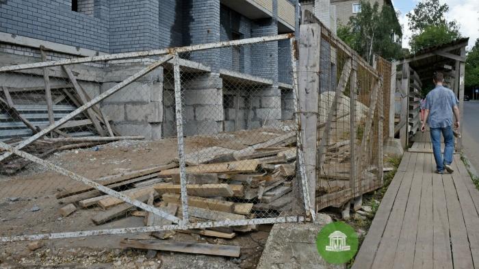 Застройщика оштрафовали на 75 тысяч рублей за грязь на стройплощадке