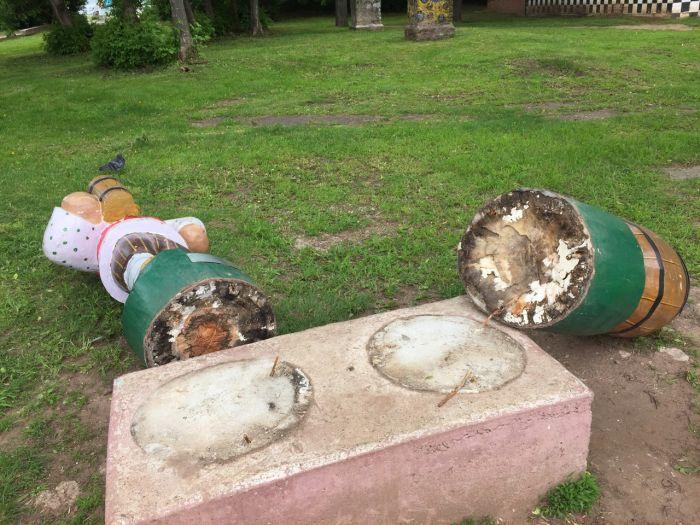 Вандалы разрушили скульптуру вятского квасовара