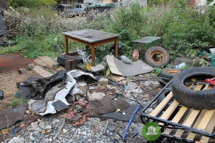 В Кирове предприниматели устроили во дворе дома пожароопасную свалку