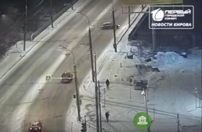 В Кирове опубликовали видео падения машины с моста на Воровского