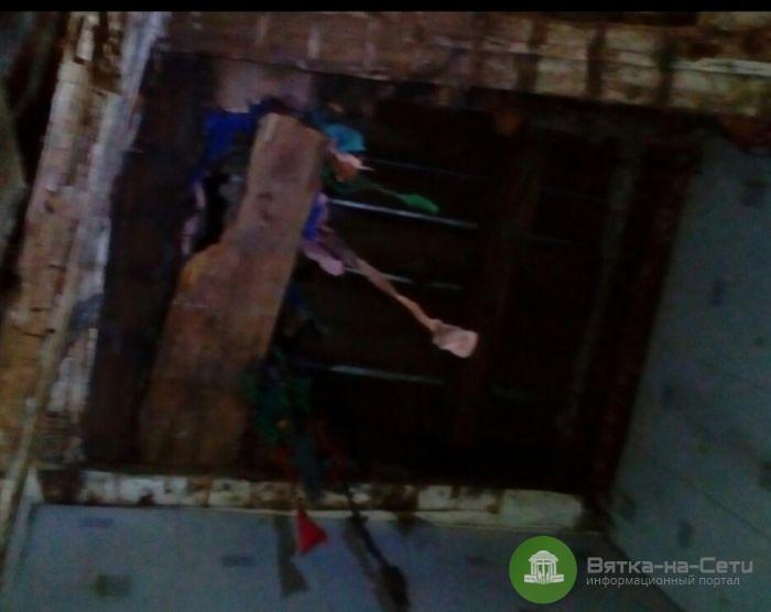 На кировчанку в подъезде обрушился потолок
