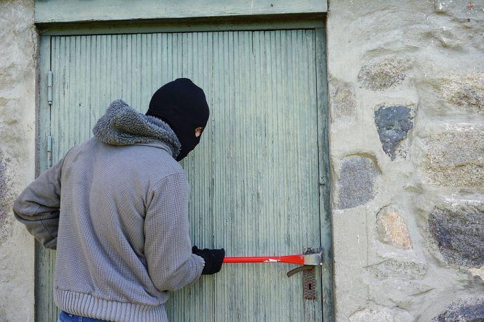 Кировчанин с мачете украл из магазина ковер, телефон и ноутбук