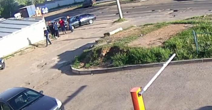Драка у бара в Кирове: кировчанина избили и ограбили (видео)