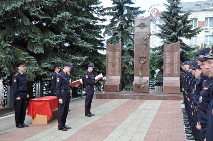 Новобранцы кировской полиции приняли Присягу у памятника погибшим сотрудникам МВД