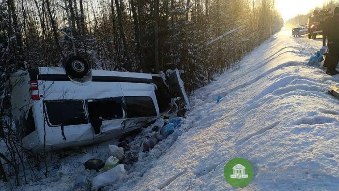 В Кировской области перевернулся микроавтобус, есть пострадавшие