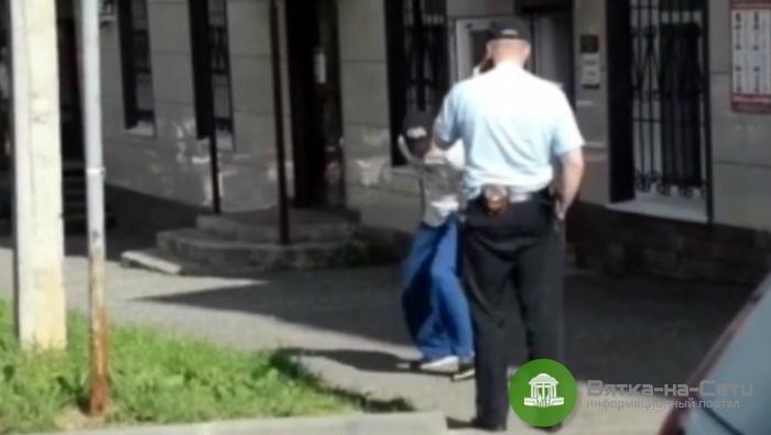 Уголовное дело в отношении депутата, уронившего перед полицейским муляж гранаты, прекратили