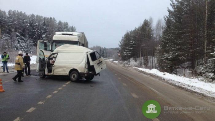В Кировской области в ДТП с микроавтобусом погибли три человека