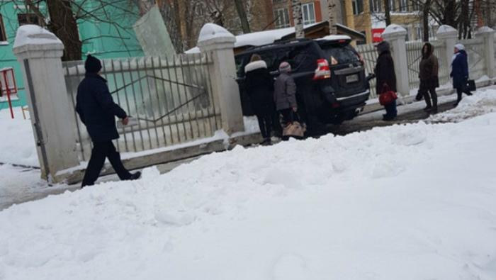 В Кирове девушка на внедорожнике снесла забор детского сада