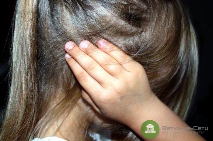 Житель Омутнинска совершал развратные действия в отношении своих малолетних дочерей