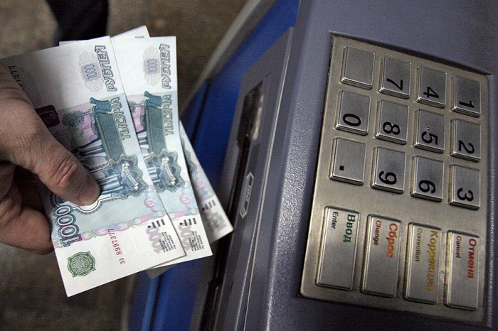 Женщина похитила у вахтовика банковскую карту