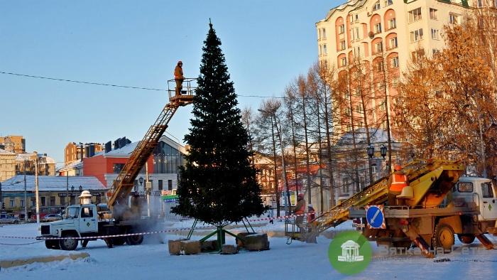 В Кирове установили елку у Филармонии