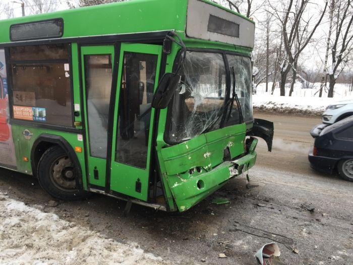В Кирове столкнулись два автобуса: пострадали 4 человека