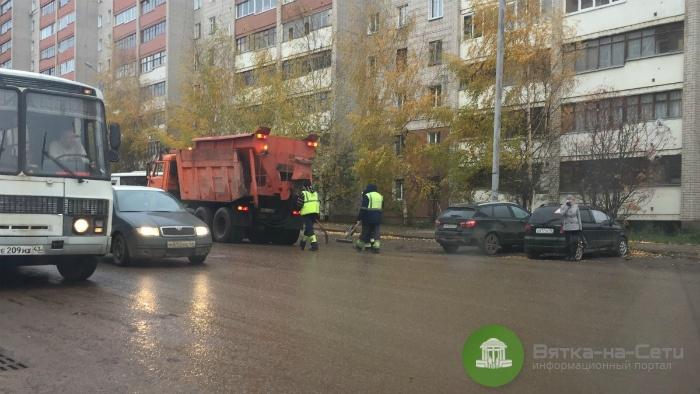 В мэрии прокомментировали ремонт асфальта на улице Упита в дождь