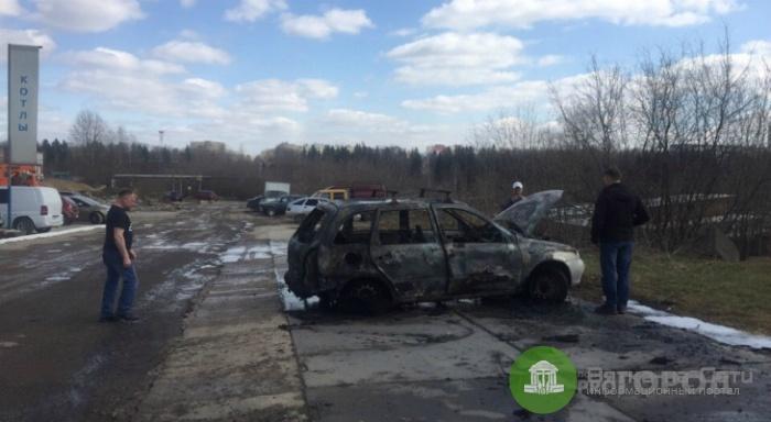 На ул. Производственной после взрыва загорелся автомобиль